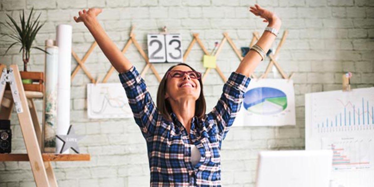 Mulher a sorrir por manter os clientes satisfeitos