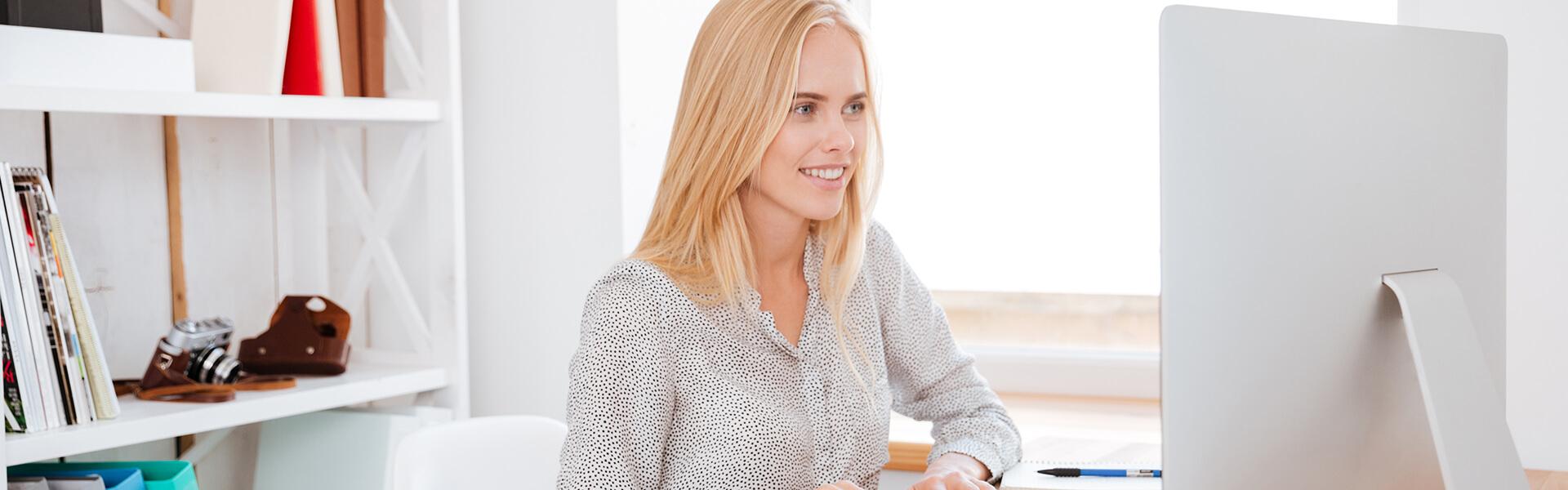 Mulher no computador do escritório a criar uma loja online