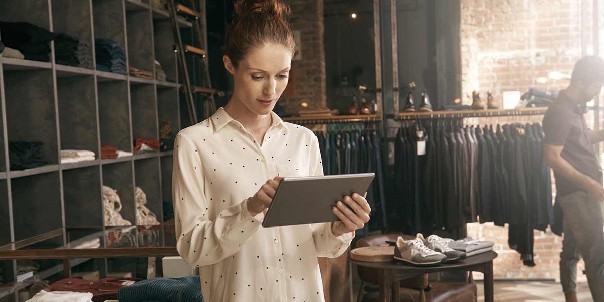 Mulher a consultar no tablet os erros a evitar na gestão de clientes