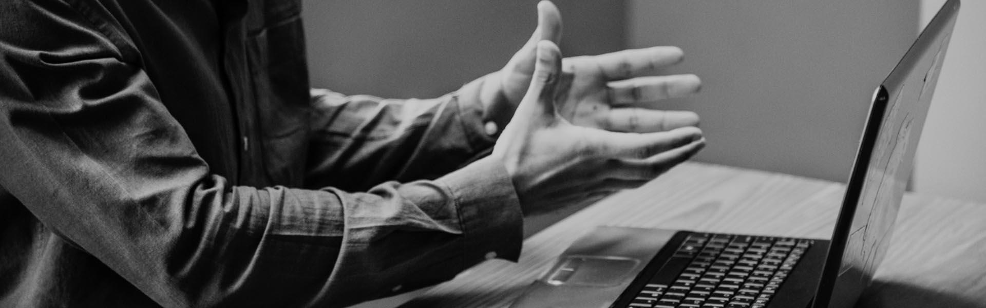 Mãos de homem com um software de gestão no computador portátil