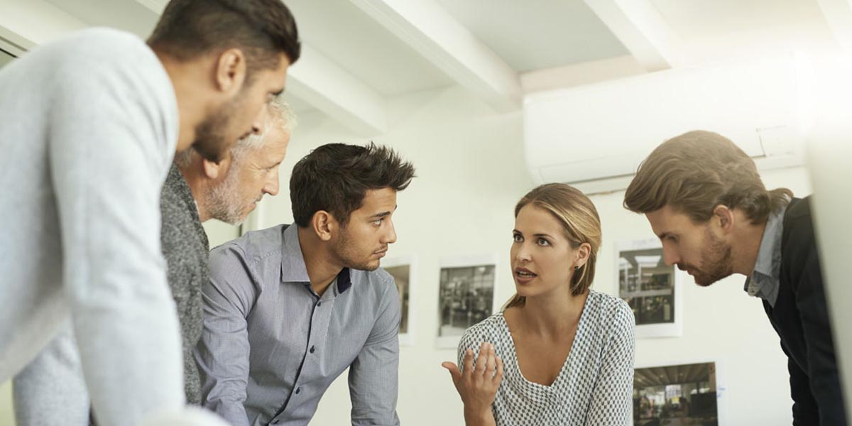 Equipa de alta performance em reunião quatro homens a ouvir uma mulher a falar