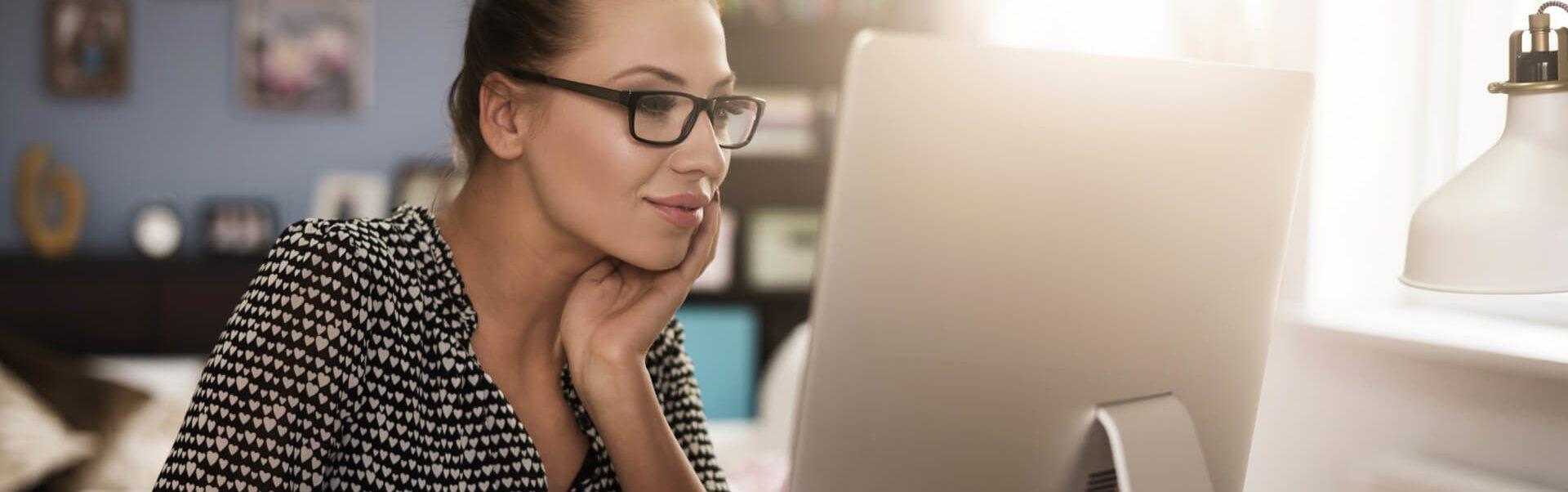 Mulher empreendedora a consultar os apoios do progama adaptar
