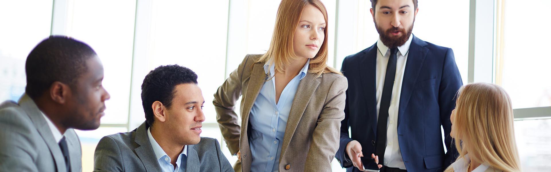 Reunião de negócios entre jovens empreendedores duas mulheres e três homens