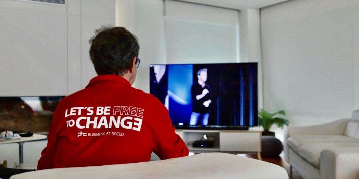 Ricardo Parreira a assistir ao PHC Open Minds 2020 em livestreaming em sua casa