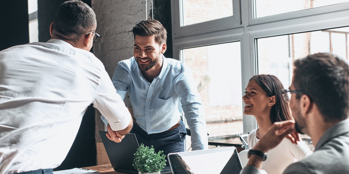 reunião de negócios com homens e mulheres a celebrar um acordo