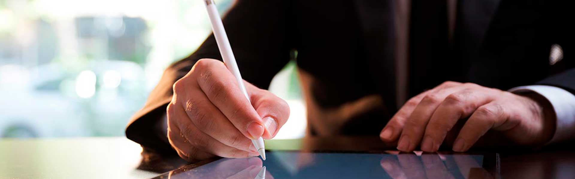 empresário a fazer a assinatura digital qualificada nas faturas