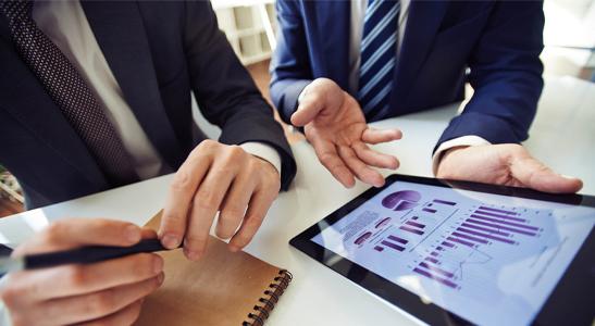 Dois homens empresários a consultar dashboards no tablet