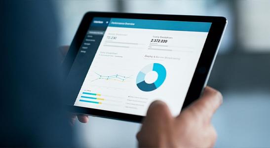 Mãos de homem a segurar um tablet de uma empresa data-driven