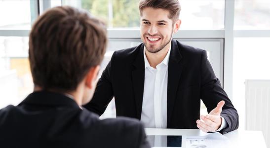 Dois colegas a discutir sobre a fidelização de clientes