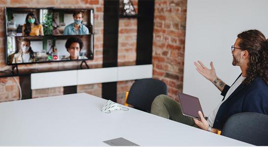 Reunião de trabalho à distância com ferramentas colaborativas