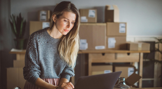 Jovem mulher empreendedora a trabalhar no seu ecommerce