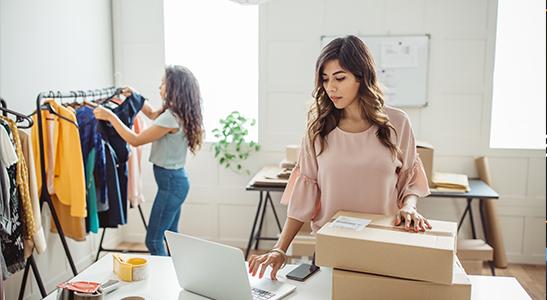 Mulher empresária e colaboradora numa loja de roupa