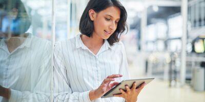 mulher a ler sobre evolução digital