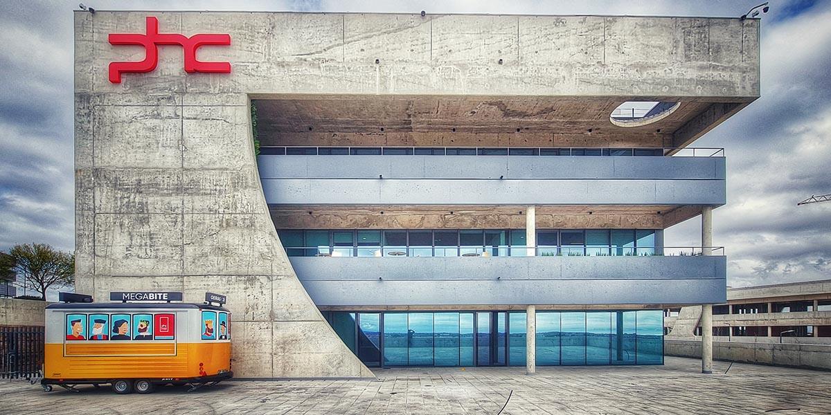 Exterior da House of Digital Business, a sede da PHC Software no Taguspark em Lisboa